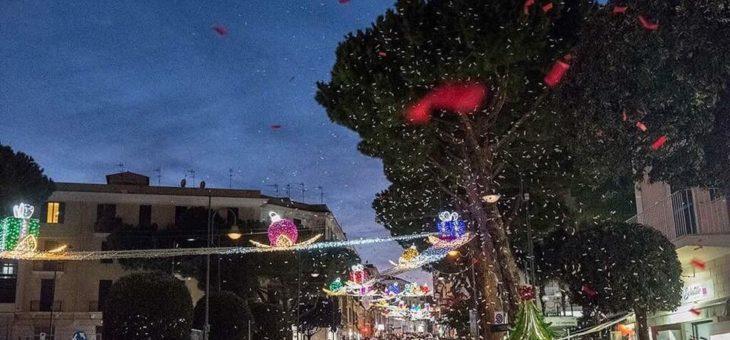 Migliaia di turisti in piazza: città in festa